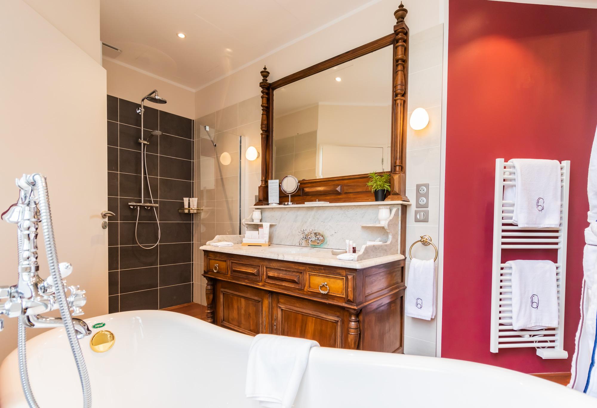 Salle de bain chambre Noyer hôtel des Quinconces