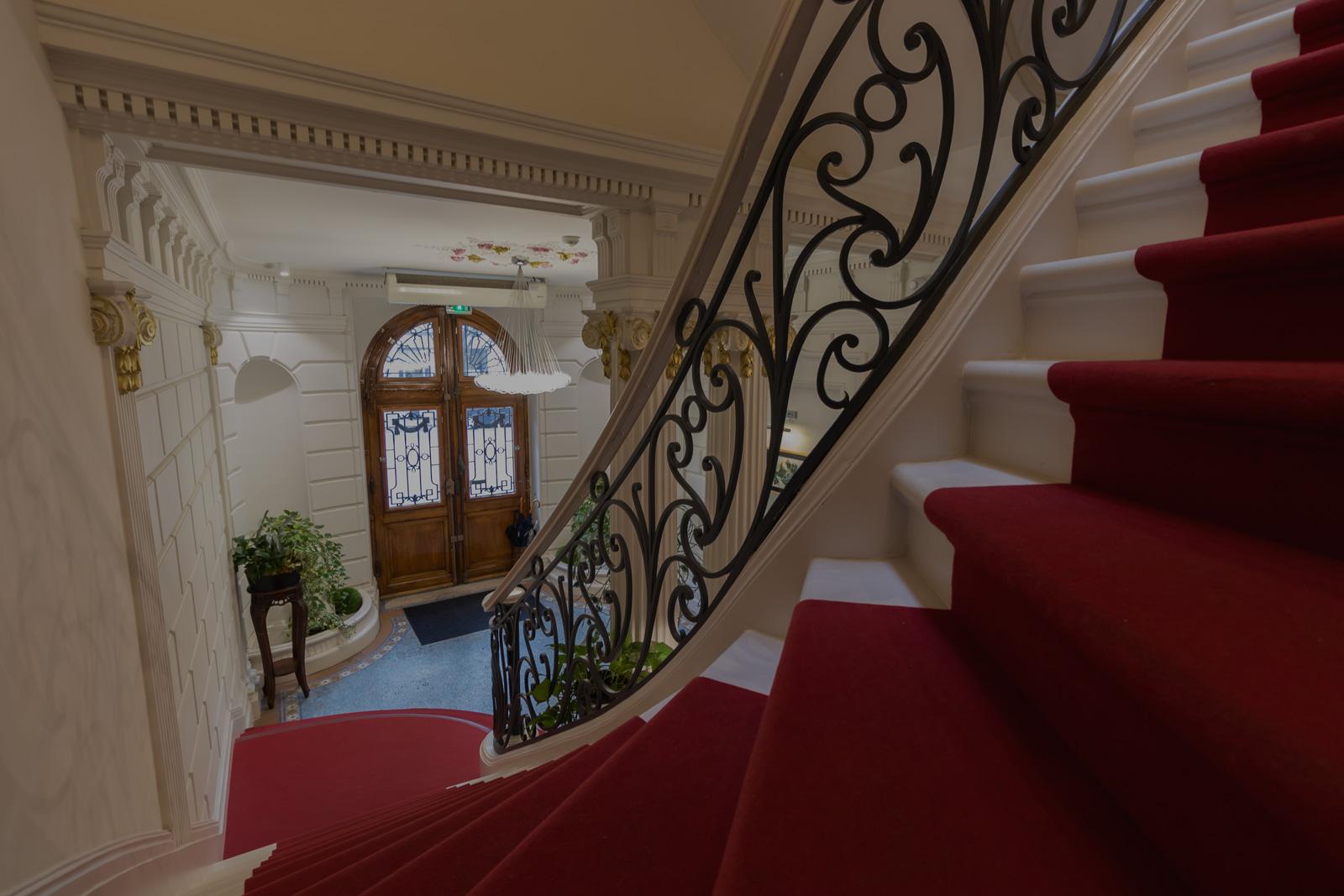 escalier tapis rouge hôtel des quinconces